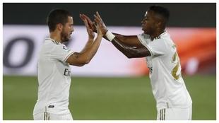 Hazard y Vinicius se saludan durante un partido de la pasada...
