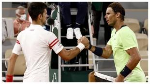 Djokovic se saluda con Nadal