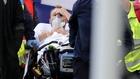 Eriksen siendo retirado del campo en camilla.