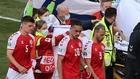 Los jugadores de Dinamarca acompañan a Eriksen en su retirada en...