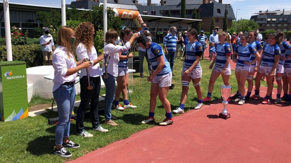 Las jugadoras del Complutense Cisneros recibe  la medalla y la Copa.