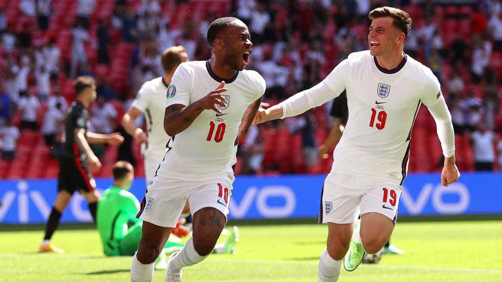 Sterling celebra con Mount el gol del triunfo.