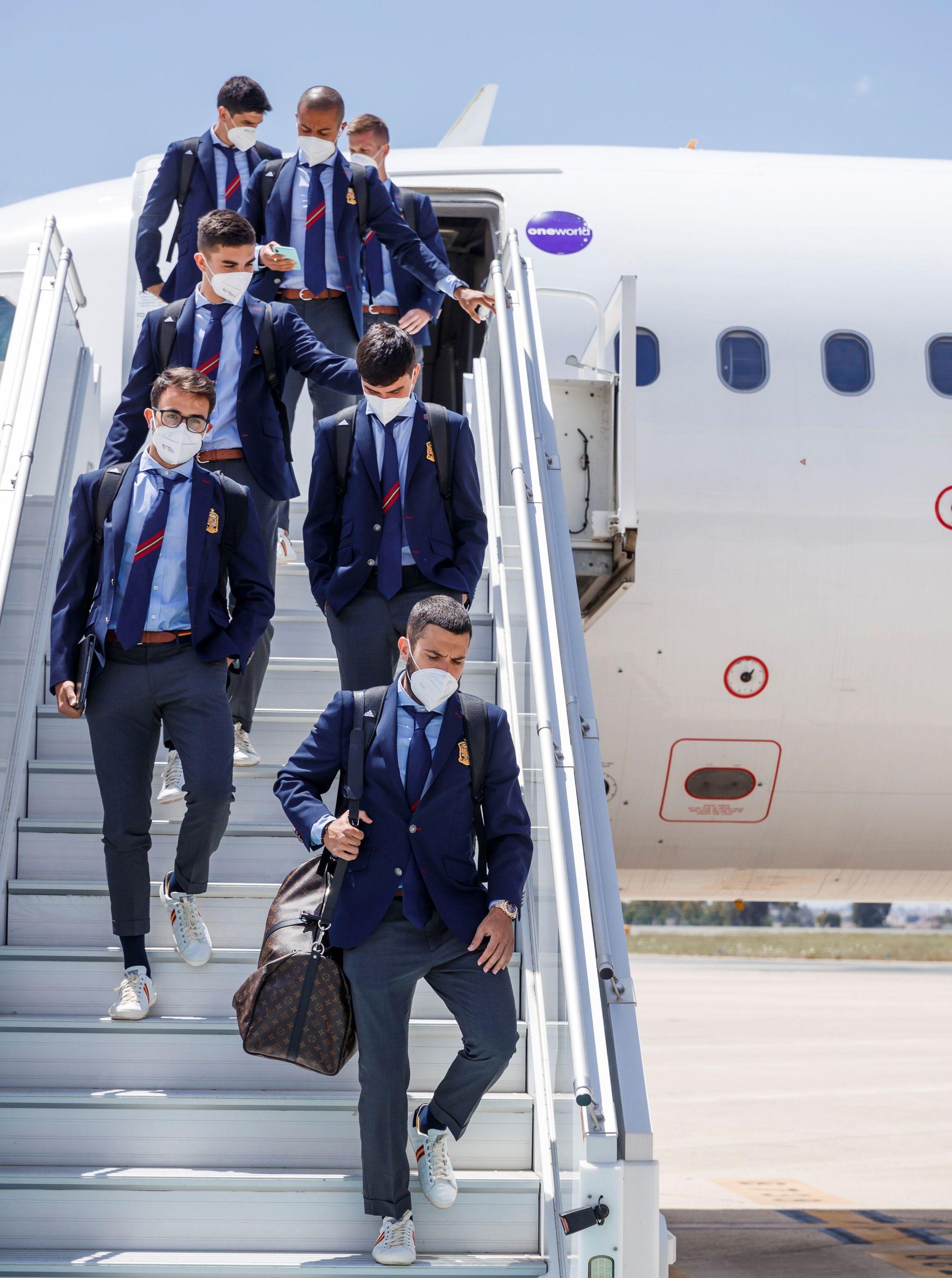 Alba y sus compañero, a su llegada a Sevilla.