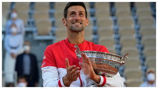 Djokovic, con la Copa de los Mosqueteros