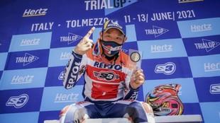 Fujinami, celebrando la victoria en el podio.