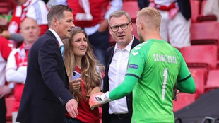 Kasper Schemeichel, hablando con la pareja de Eriksen intentando...