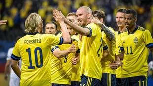Los jugadores de Suecia celebran un gol a Armenia