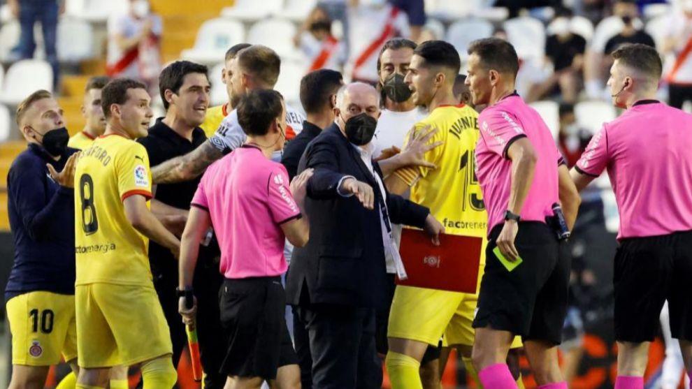 Otro momento de la discusión  entre jugadores de ambos equipos en el descanso