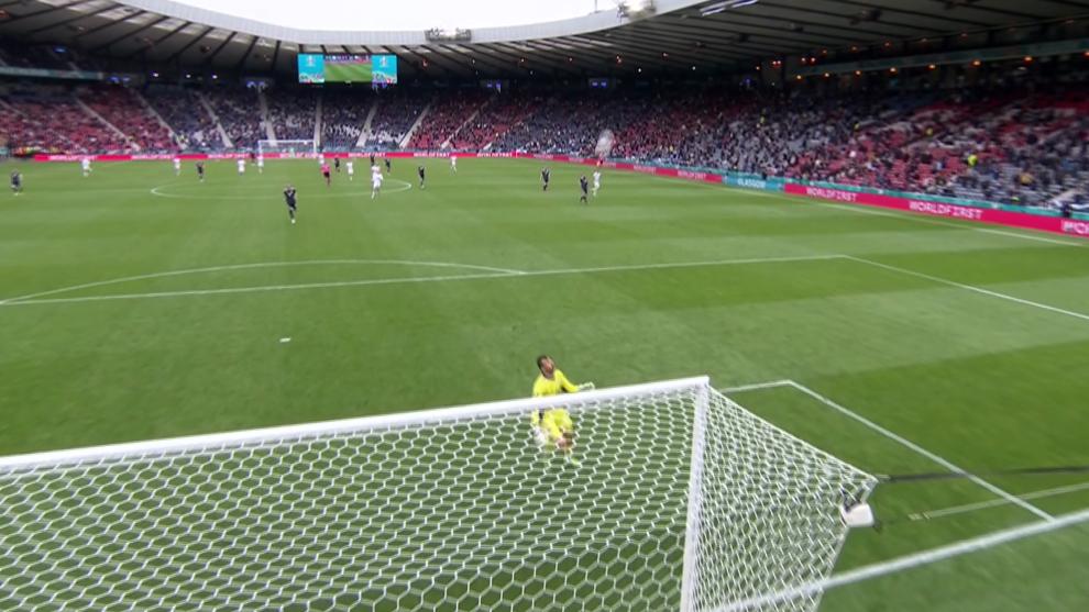¡Qué barbaridad!: Schick tumba a Escocia con un gol desde 50 metros