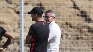 Simeone speaks with sporting director Andrea Berta