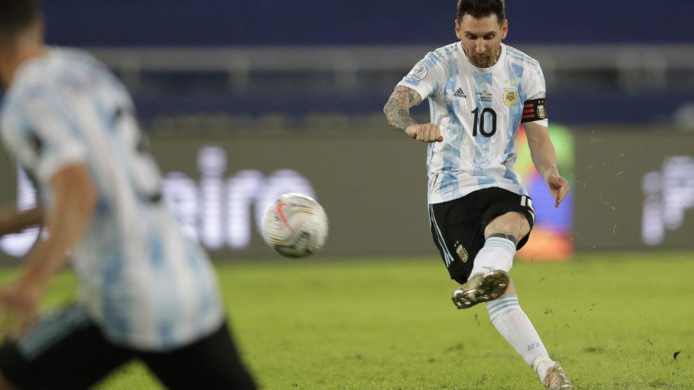 ¡Golazo de falta de Messi!