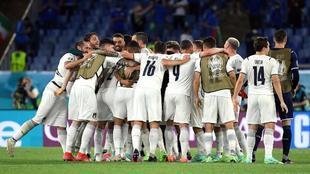 Todos los jugadores italianos celebran la victoria ante Turquía en el...