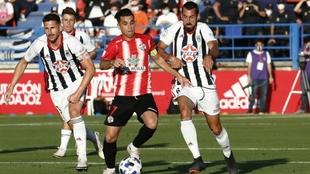 Sergi Maestre (31) disputando un balón en un partido con el Badajoz.