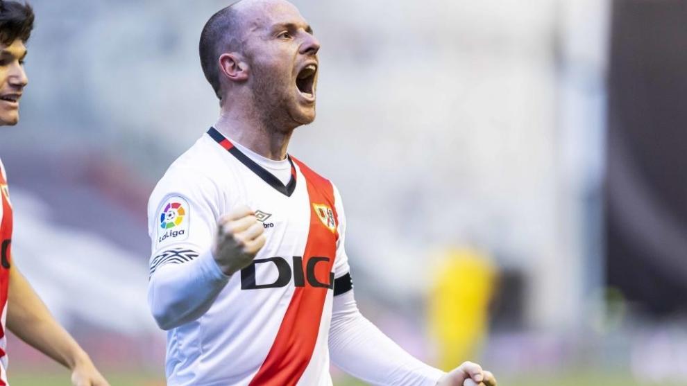 Isi celebra con rabia su gol en Vallecas... luego llegó la remontada