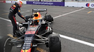 Verstappen, junto al Red Bull accidentado en Azerbaiyán.
