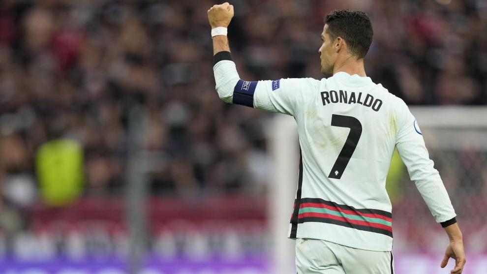 Cristiano Ronaldo celebra uno de los dos goles que le endosó ayer a Hungría.