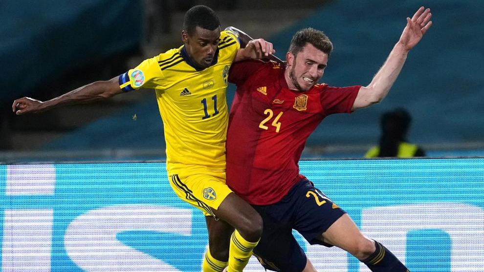 Isak pelea con Laporte durante esta Eurocopa.