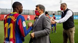 Dembélé y Laporta se saludan