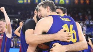 Pau Gasol con Mirotic y Oriola en la celebración azulgrana