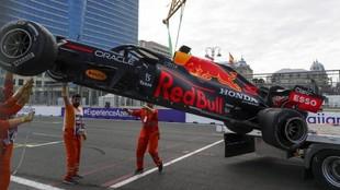 El Red Bull de Verstappen izado por la grúa tras estrellarse en el GP...