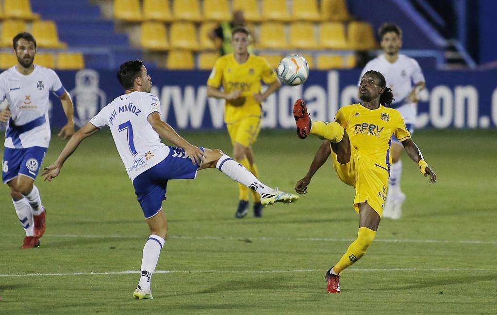 Richard Boateng intenta un control durante el partido ante el Tenerife