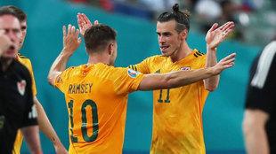 Ramsey y Bale celebran el 0-1 de Gales