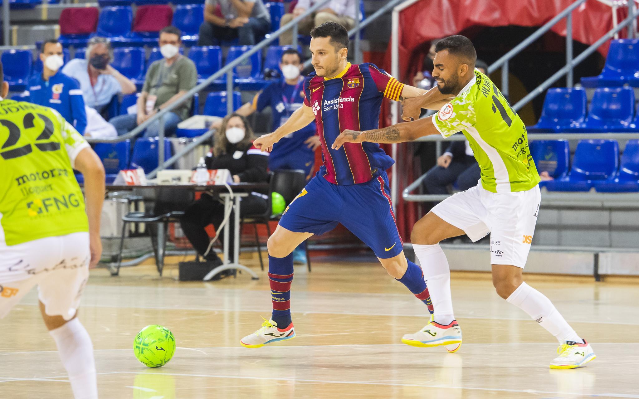 Dyego y Diego Nunes disputan un balón