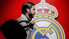 Sergio Ramos pasando por delante de un escudo del Madrid
