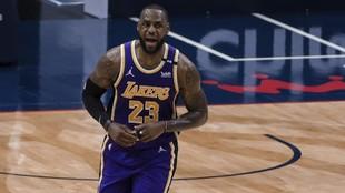 LeBron James grita durante un partido de los Lakers.