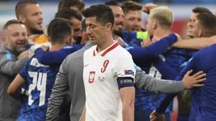 Lewandowski, cabizbajo, tras la derrota ante Eslovaquia