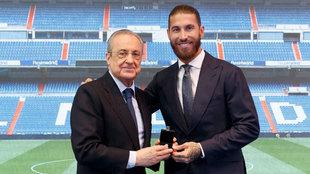 Ramos y Florentino Pérez, durante el acto de despedida