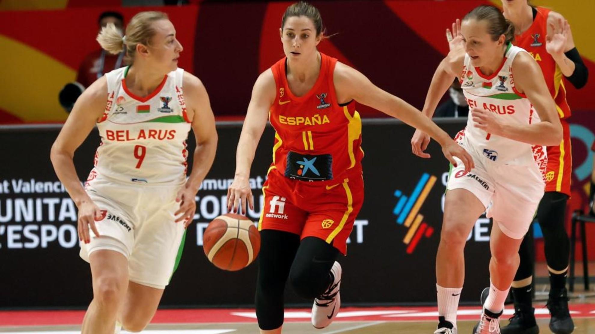 Leonor Rodriguez bota el balón entre las bielorrusas Volha Ziuzkova y Yuliya Rytsikava.