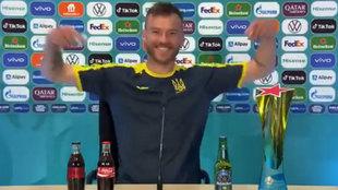 """Yarmolenko se pasa el juego con el tema de Coca-Cola y Heineken: """"¡Contratadme!"""""""