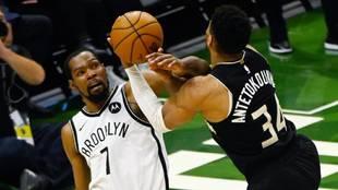 Kevin Durant intenta frenar a Antetokounmpo