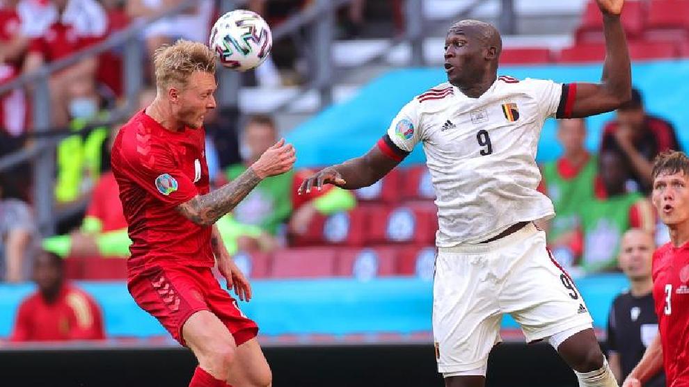 Kjaer y Lukaku, en un lance del Dinamarca - Bélgica