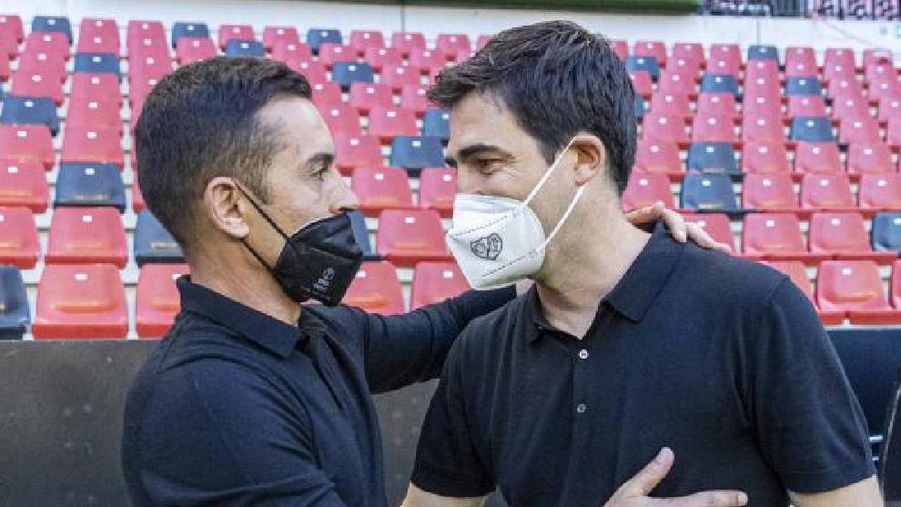 Los técnicos del Girona y del Rayo, durante su saludo en el estadio...