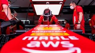 Carlos Sainz, en el garaje de Ferrari en Paul Ricard durante la...