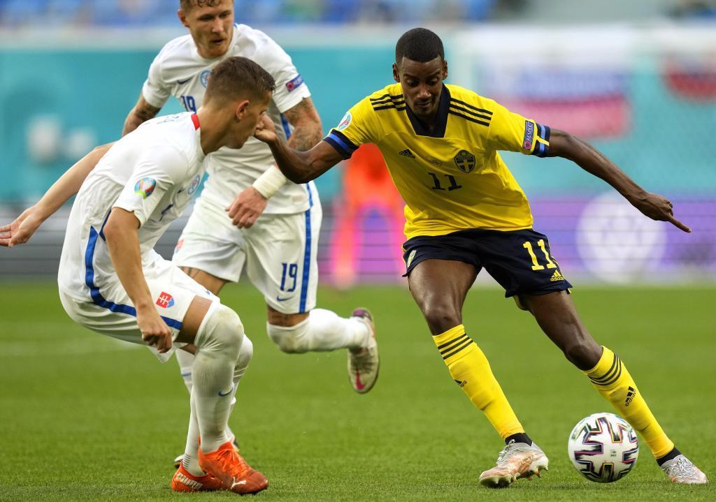 Isak (21) durante un lance del juego entre Suecia y Eslovaquia.