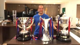 Lluís Cortés posa con los títulos ganados este año: Liga, Copa y...