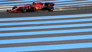Carlos Sainz, con el Ferrari SF21, durante los Libres 3 del GP de...