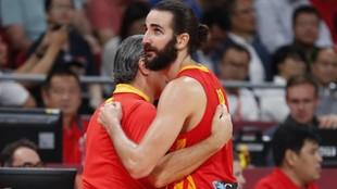 Sergio Scariolo y Ricky Rubio se abrazan tras conquistar España el...