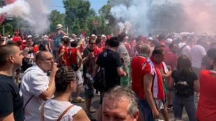 Hinchas de Hungría camino del estadio Puskas Arena antes del partido...