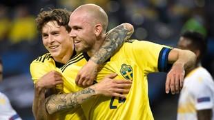 Lindelof y Danielson celebran un gol anotado por Suecia.