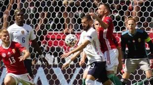 Benzema trata de controlar un balón con el pecho ante Hungría.