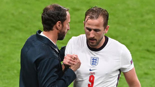 Southgate y Kane se saludan tras el cambio del inglés.