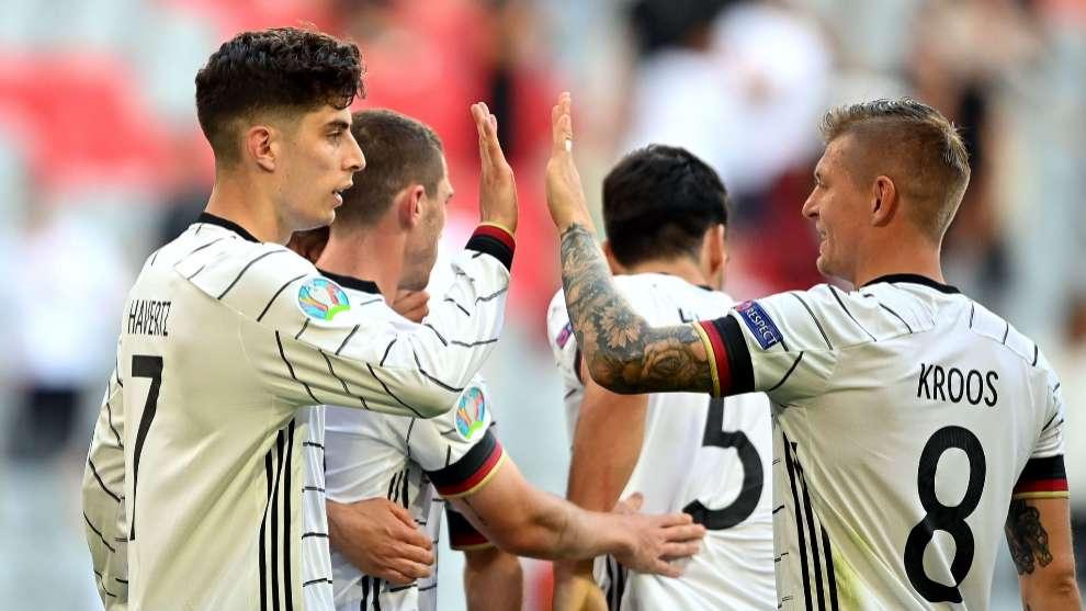 Havertz y Kroos festejan uno de los goles de Alemania