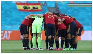La piña de los jugadores de España poco antes del comienzo del...