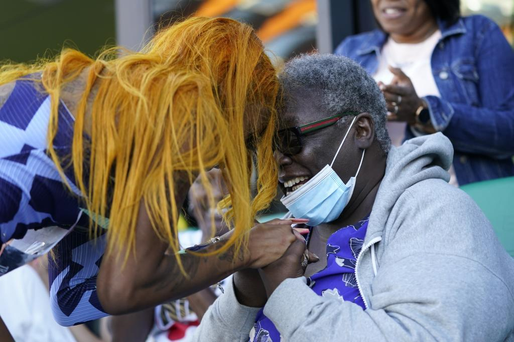 Richardson celebra su billete olímpico junto a su abuela.