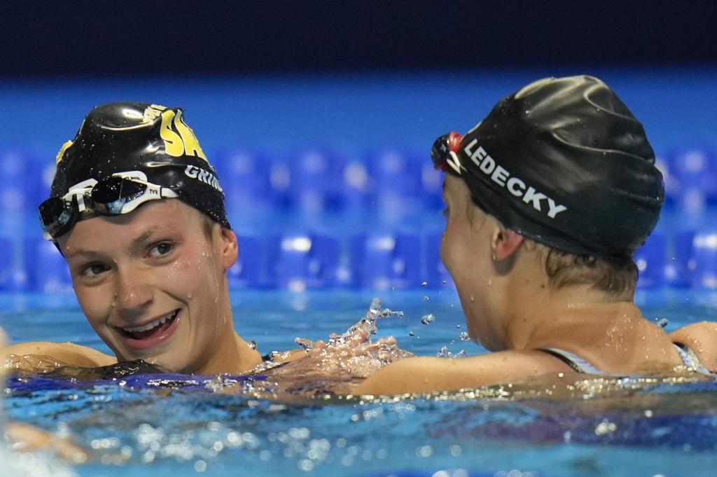 Ledecky felicitó a Grimes en el agua tras su hazaña.