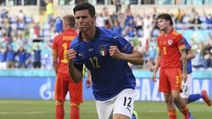Pessina celebra su gol a Gales.